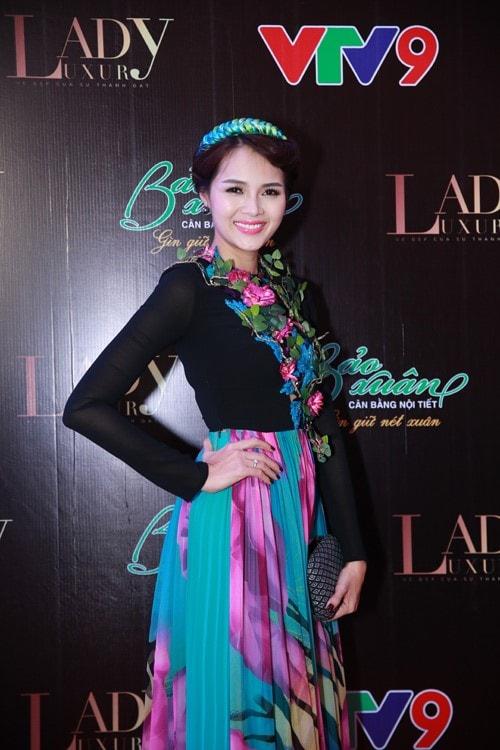 Á hậu - diễn viên Diễm Châu gây ấn tượng trên thảm đỏ với bộ trang phục lộng lẫy và thu hút.