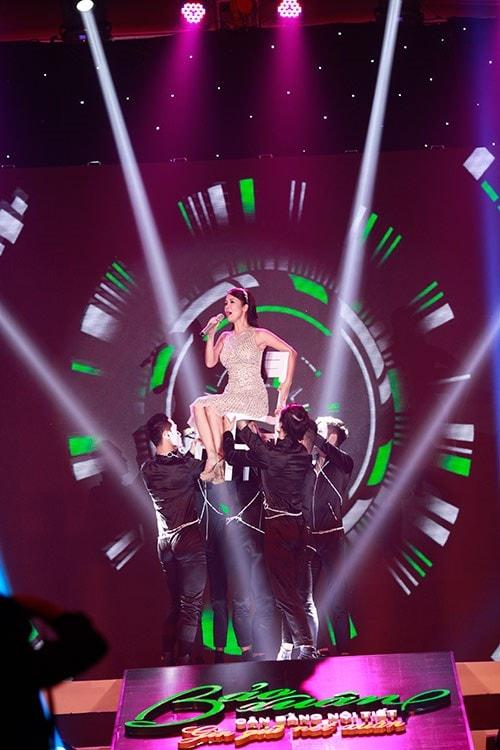 """Hồng Nhung đầy sức hút với ca khúc """"Vòng tròn"""" - một sáng tác của nhạc sĩ Võ Thiện Thanh với phần minh họa của vũ đoàn Number One hay Một ngày mới của nhạc sĩ Huy Tuấn"""