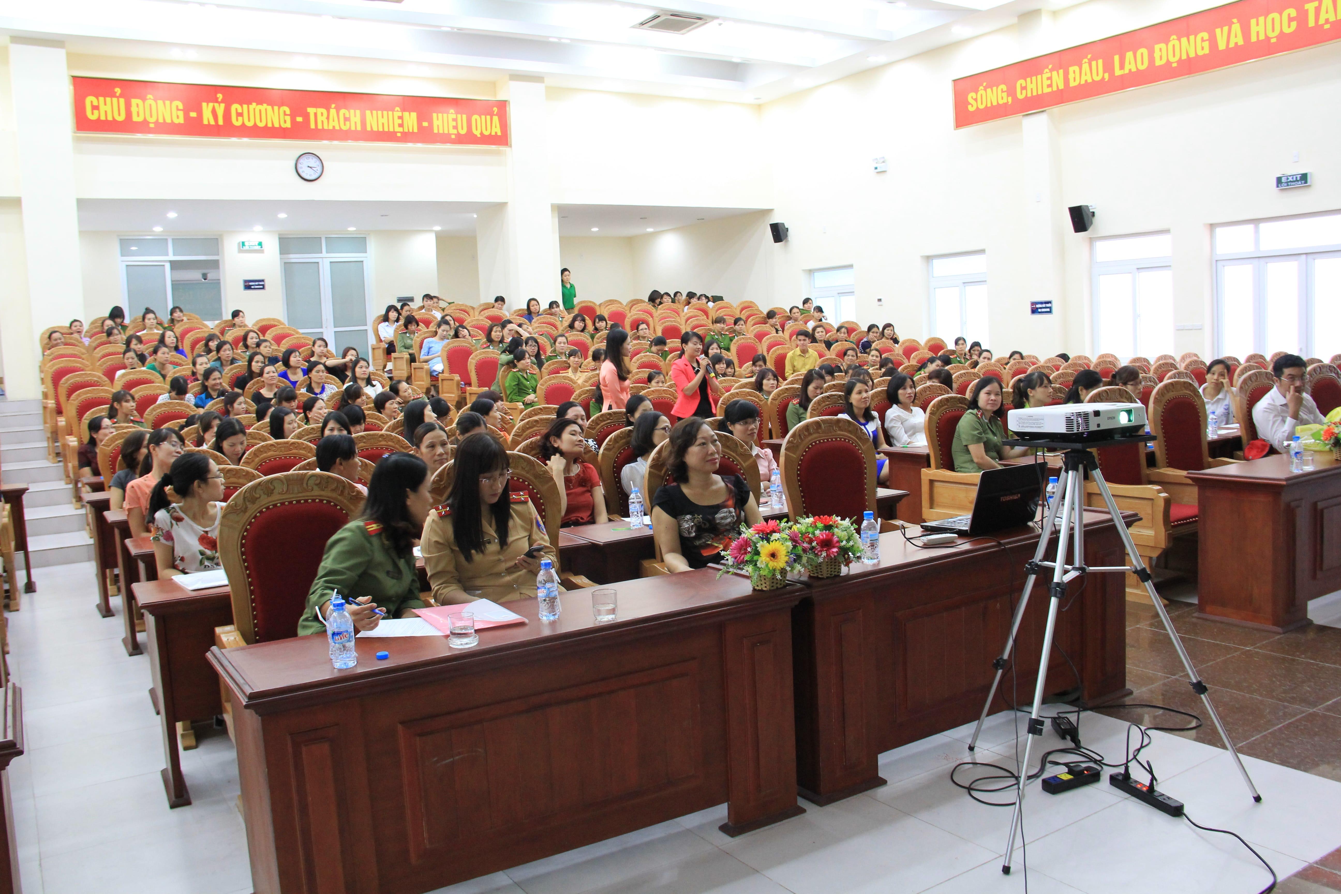 Tu-van-cham-soc-suc-khoe-cho-300-phu-nu-cong-an-tinh-Hung-Yen