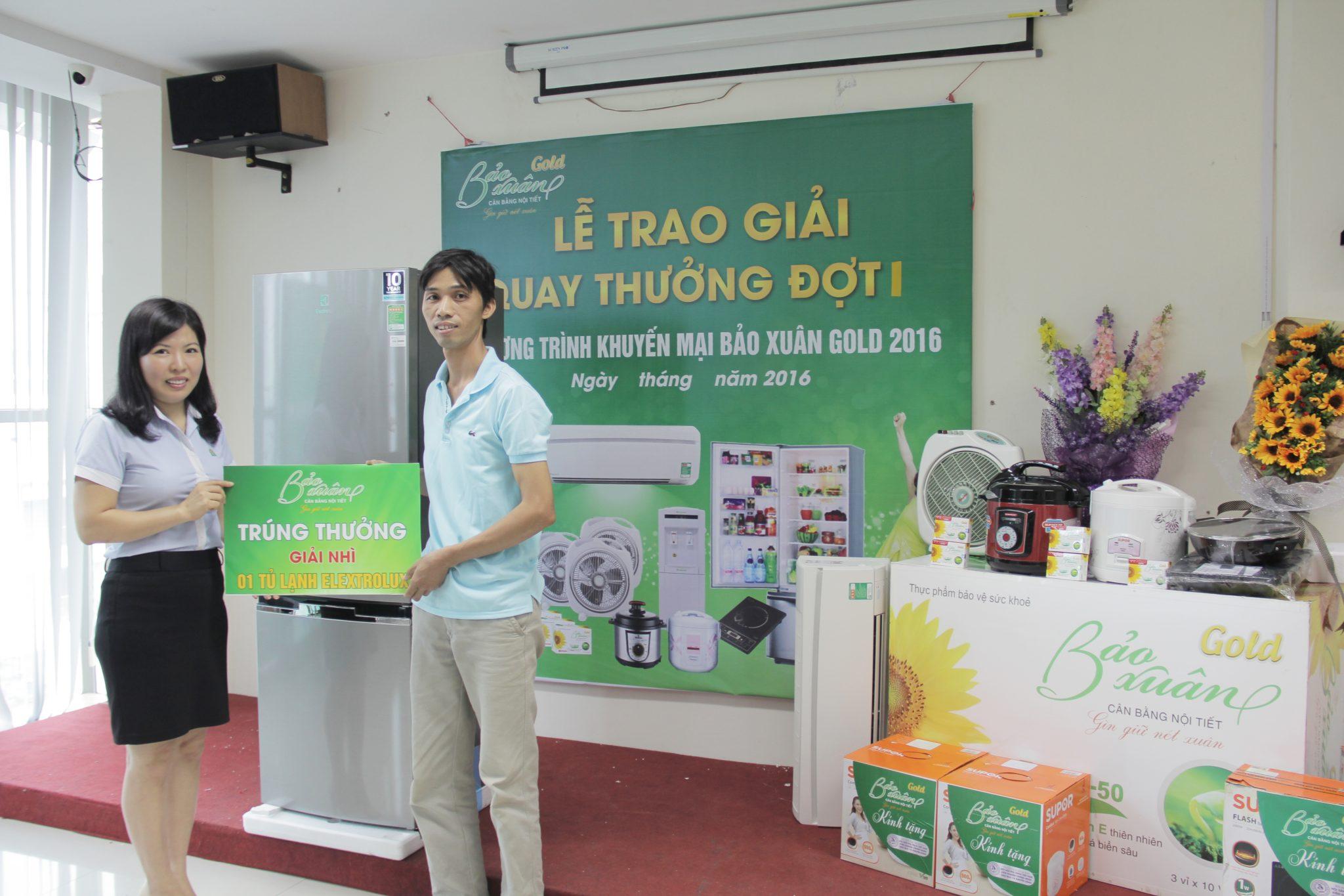 Chi-Duong-Thi-Sau-Tong-Giam-Doc-Cong-ty-Duoc-Pham-Ich-Nhan-trao-giai